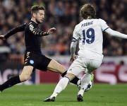 Dries Mertens y Luka Modric durante el Real Madrid-Napoli de Liga de Campeones. Foto: Javier Soriano/ AFP.