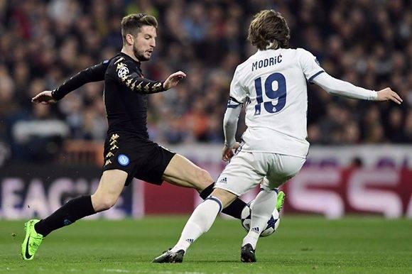 Modric encabeza uno de los mejores mediocampos del mundo. En la imagen, Dries Mertens y Luka Modric durante el Real Madrid-Napoli de Liga de Campeones. Foto: Javier Soriano/ AFP.