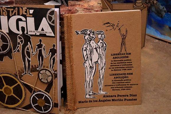 Muchos de los textos cuentan con traducción a otras lenguas. Foto: Cinthya García Casañas/ Cubadebate.