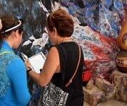 El público quiso constatar de primera mano los contenidos de los libros. Foto: Cinthya García Casañas/ Cubadebate.