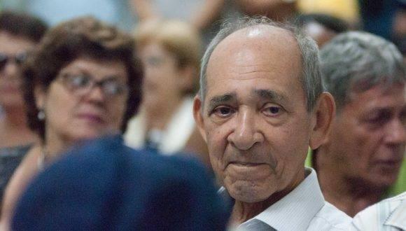 El periodista, Eduardo Blas Yasells Ferrer (C), recibe el Premio Nacional de Periodismo José Martí por la Obra de la Vida 2016, en la sede de la Unión de Periodistas de Cuba (UPEC), en La Habana, el 24 de febrero de 2017. ACN FOTO/ Diana Inés RODRÍGUEZ RODRÍGUEZ/ rrcc