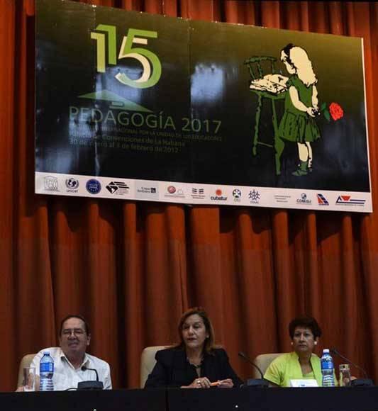Conferencia magistral de Elba Rosa Pérez Montoya (C), ministra de Ciencia , Tecnología y Medio Ambiente (CITMA), a su lado Ena Elsa Velázquez Cobiella (D), ministra de Educación, y Dr. Fernando González Bermúdez (I), Viceministro Primero del CITMA, en el encuentro internacional por la unidad de los educadores Pedagogía 2017, en el Palacio de las Convenciones, en La Habana, el 1 de febrero de 2017. ACN FOTO/Marcelino VÁZQUEZ HERNÁNDEZ/dirr
