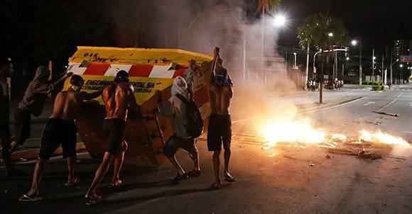 Espíritu Santo: Un grupo de hombres empuja un contenedor para hacer una barricada en la ciudad brasileña de Vitória. Foto: AP.