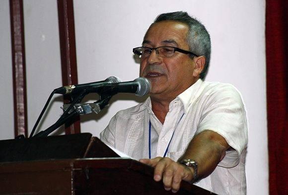 Juan Rodríguez, presidente del Insituto Cubano del Libro, lee las palabras de clausura. Foto: José Raúl Concepción/ Cubadebate.