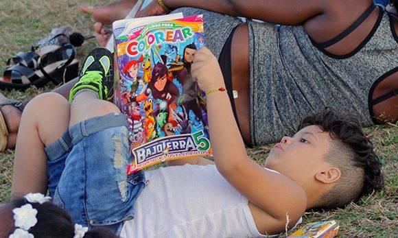 Siempre es bueno adoptar posturas cómodas para disfrutar la lectura. Foto: Arlet Castillo/ Cubadebate.