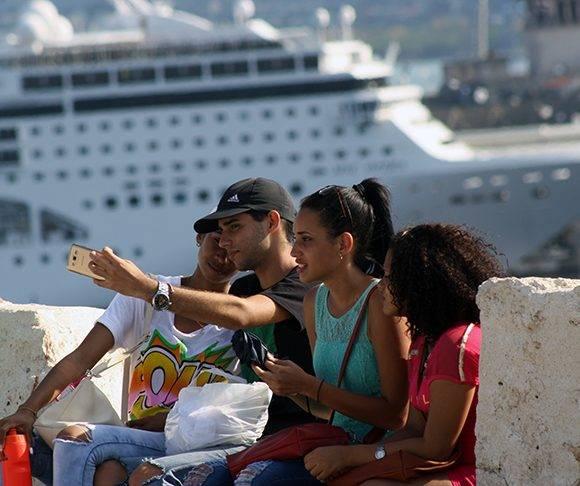 Un selfie con la espectacular vista de La Habana que se observa desde la Cabaña. Foto: José Raúl Concepción/ Cubadebate.