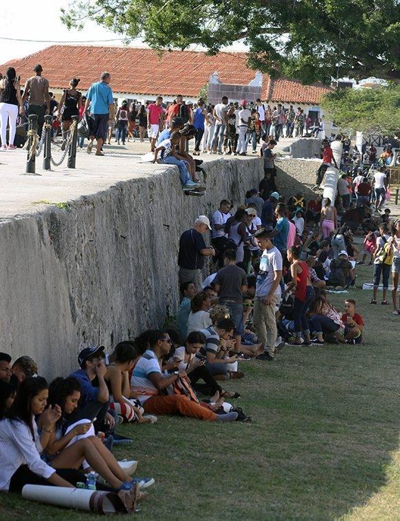 Como cada edición (y van 26) la Fortaleza San Carlos de la Cabaña, sede principal de la Feria del Libro, se mantiene repleta de visitantes durante 10 días de febrero. Foto: José Raúl Concepción/ Cubadebate.