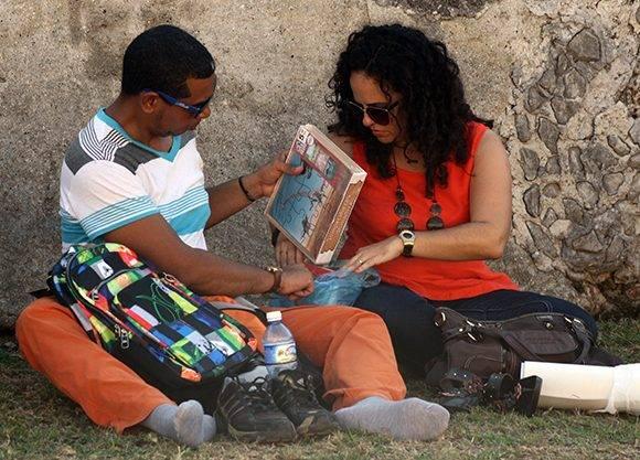 Si estás agotado después de comprar tantos libros, pues fuera zapatos y a descansar sobre la hierba. Foto: José Raúl Concepción/ Cubadebate.