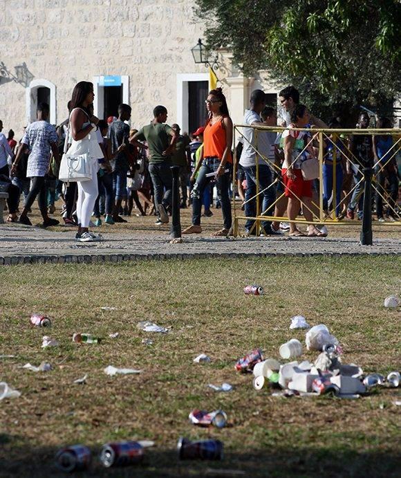 Mucha gente y pocos cestos: la basura fue la nota negativa de la Feria. Foto: José Raúl Concepción/ Cubadebate.
