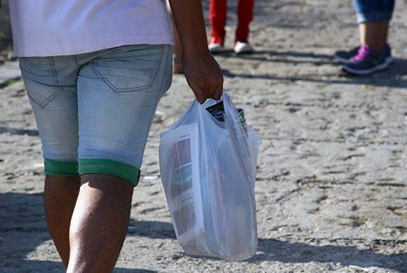 A veces una bolsa no es suficiente. Foto: José Raúl Concepción/ Cubadebate.