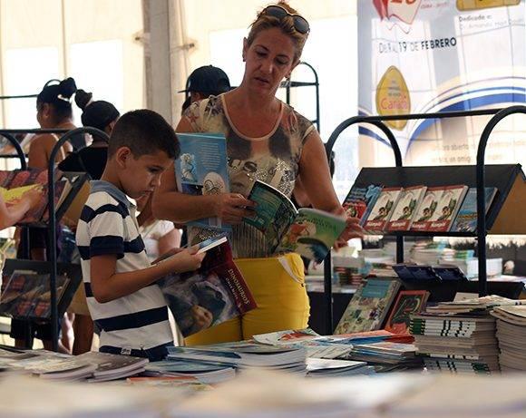 Buscando en la Feria (IV). Foto: José Raúl Concepción/ Cubadebate.