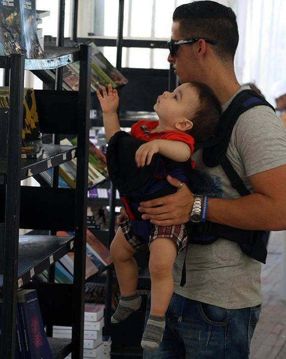 En la Feria no importa si todavía no sabes leer, siempre algún libro te llama la atención. Foto: José Raúl Concepción/ Cubadebate.