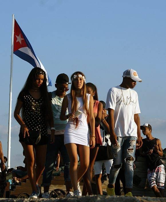 Jóvenes caminan en la Fortaleza San Carlos de la Cabaña durante la XXVI Feria Internacional del Libro de La Habana. Foto: José Raúl Concepción/ Cubadebate.