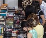 Gran afluencia de personas se llegaron a la cabaña para comprar sus títulos favoritos. Foto: L Eduardo Domínguez/ Cubadebate