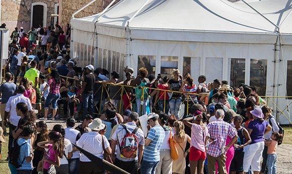 El cubano, la Feria y sus colas. Foto: L Eduardo Domínguez/ Cubadebate