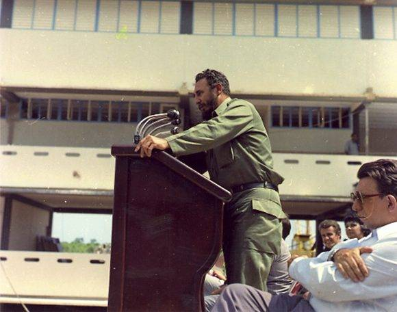 """Pronuncia discurso en la inauguración de la Escuela de Iniciación Deportiva """"Mártires de Barbados"""" en el municipio del Cerro, el 6 de octubre de 1977. Autor: Estudios Revolución/ Sitio Fidel Soldado de las Ideas."""