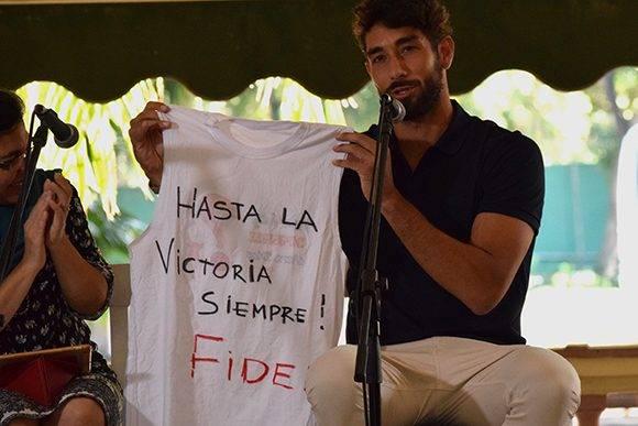 Juan Cominges muestra la camiseta de la dedicatoria al Comandante en Jefe. Foto: Cinthya García Casañas/ Cubadebate.