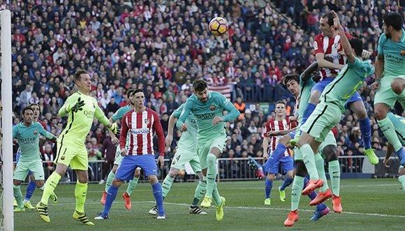 Godín marca el gol, que ene se momento supuso el empate para el Atlético. Foto: Ávaro García.