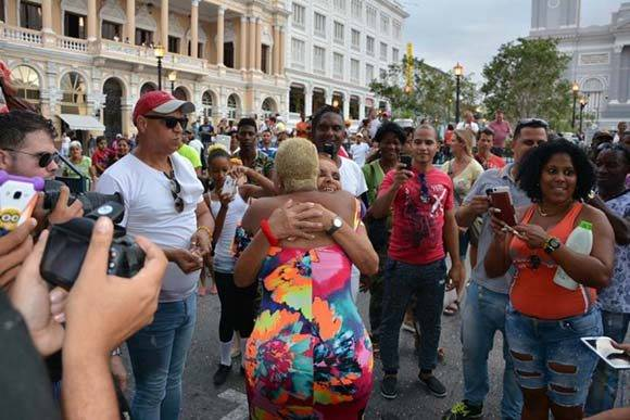 La popular cantante Haila María Mompié graba en Santiago de Cuba su nuevo videoclip. Al terminar, saludó a los que acudieron a disfrutar de su presencia. VDC FOTO/Luis Ernesto Ruiz Martínez.