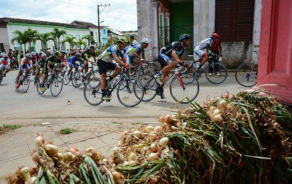 Ciclistas pedalean durante la 10ma etapa Matanzas-Artemisa (166 km) del IV Clásico Nacional de Ciclismo de ruta, el viernes 24 de febrero de 2017. FOTO de Calixto N. Llanes/Juventud Rebelde (CUBA)