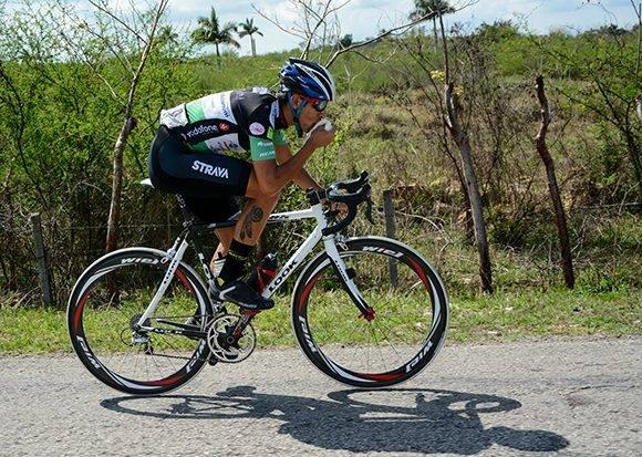 Cristian Pérez, de Matanzas, pedalea escapada del pelotón durante la 10ma etapa Matanzas-Artemisa (166 km) del IV Clásico Nacional de Ciclismo de ruta, el viernes 24 de febrero de 2017. FOTO de Calixto N. Llanes/Juventud Rebelde (CUBA)