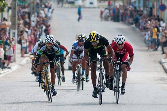 Ciclistas atacan la meta volante de Madruga durante la 10ma etapa Matanzas-Artemisa (166 km) del IV Clásico Nacional de Ciclismo de ruta, el viernes 24 de febrero de 2017. FOTO de Calixto N. Llanes/Juventud Rebelde (CUBA)