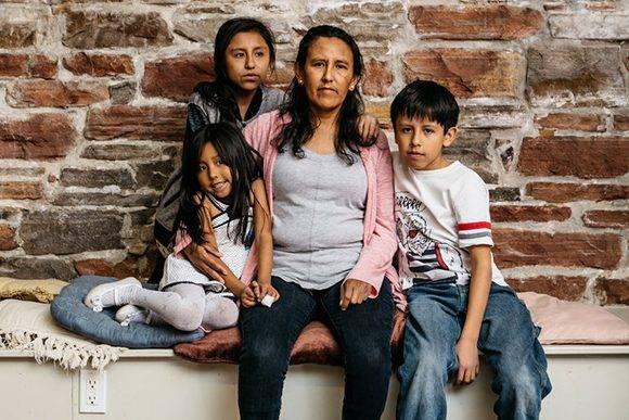 Jeanette-Vizguerra con tres de sus cuatro hijos, la mayor tiene 27 años. Zury, Luna y Roberto nacieron en los Estados Unidos. Foto: David Brown/ The New York Times.