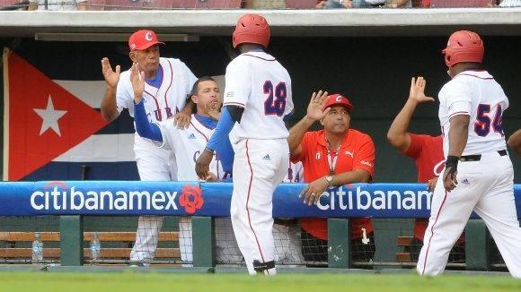 Beisbol-Serie del Caribe-Culiacan segundo partido previa del partido aficionados con los atletas. Jonron de Willian Saavedra. Foto: Ricardo López Hevia / Granma / Cubadebate