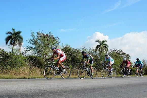 Cinco ciclistas escapados pedalean durante la 7ma etapa Ciego de Ávila-Topes de Collantes (167 km) del IV Clásico Nacional de Ciclismo de ruta, el lunes 20 de febrero de 2017. Foto: Calixto N. Llanes/ Juventud Rebelde