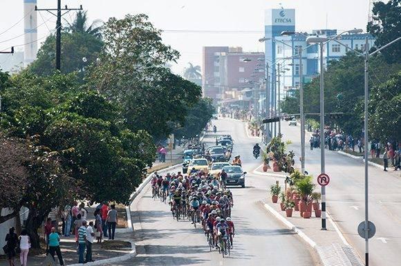 Caravana ciclista llega a la ciudad de Sancti Spíritus durante la 7ma etapa Ciego de Ávila-Topes de Collantes (167 km) del IV Clásico Nacional de Ciclismo de ruta, el lunes 20 de febrero de 2017. Foto: Calixto N. Llanes/ Juventud Rebelde