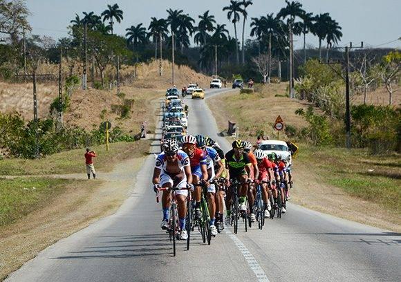 Pelotón pedalea durante la 7ma etapa Ciego de Ávila-Topes de Collantes (167 km) del IV Clásico Nacional de Ciclismo de ruta, el lunes 20 de febrero de 2017. Foto: Calixto N. Llanes/ Juventud Rebelde