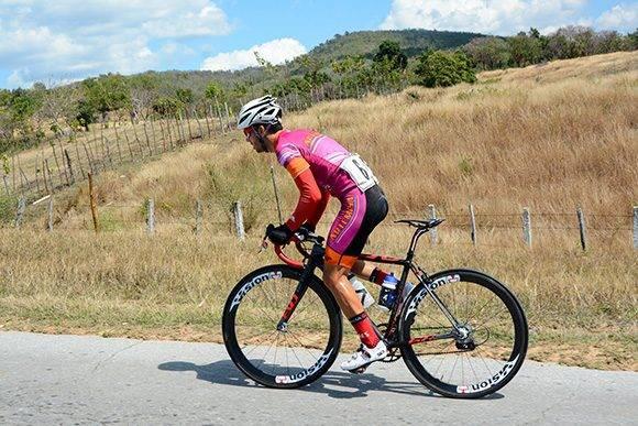 Yasmani Balmaceda, de Artemisa, pedalea escapado durante la 7ma etapa Ciego de Ávila-Topes de Collantes (167 km) del IV Clásico Nacional de Ciclismo de ruta, el lunes 20 de febrero de 2017. Foto: Calixto N. Llanes/ Juventud Rebelde