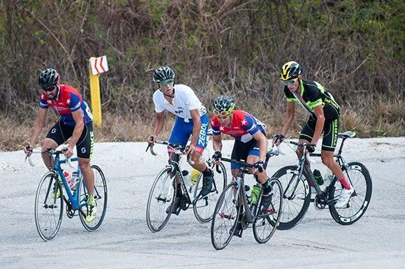 Ciclistas pedalean loma arriba durante la 7ma etapa Ciego de Ávila-Topes de Collantes (167 km) del IV Clásico Nacional de Ciclismo de ruta, el lunes 20 de febrero de 2017. Foto: Calixto N. Llanes/ Juventud Rebelde