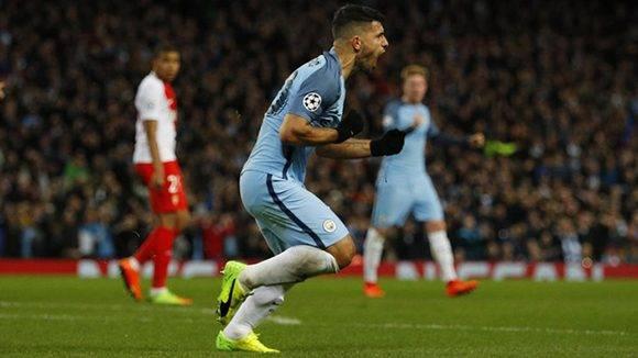 El Kun celebra uno de sus goles. Foto: Reuters.