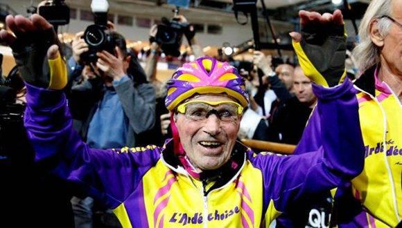 Robert Marchand celebrando su gesta. Foto: Reuters.