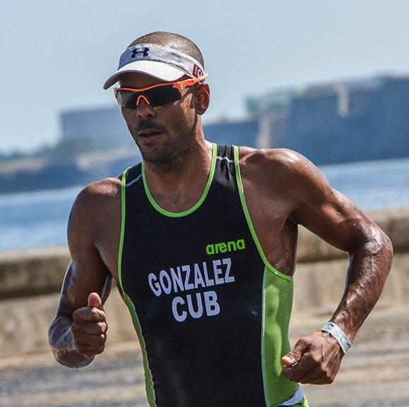 El cubano Michel González ganó la prueba de media distancia en la tercera edición del Campeonato Iberoamericano de Triatlón, en La Habana, el 25 de febrero de 2017. ACN FOTO/Marcelino VÁZQUEZ HERNÁNDEZ/sdl