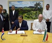 El ministro de Comercio Exterior e Inversión Extranjera, Rodrigo Malmierca, y el ministro de Salud y Docencia Médica de Irán, Hassan Qazizadeh Hashemi, firman 12 convenios de cooperación en materia Salud. Foto: Abel Rojas/ JR