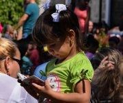 En medio de las explanadas de la Fortaleza San Carlos de la Cabaña los niños se apresuran por hojear los libros. Foto: Cinthya García Casañas/ Cubadebate.