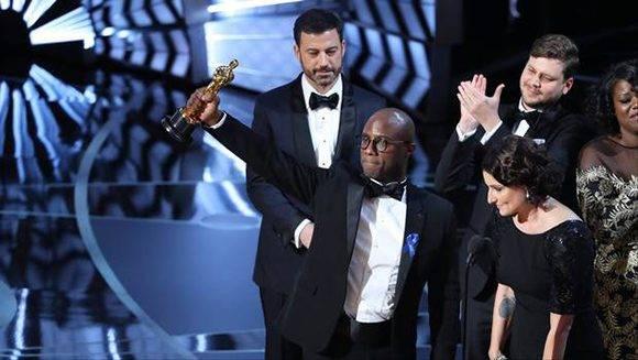 El director de Moonlight, Barry Jenkins, muestra la estatuilla por la Mejor película.