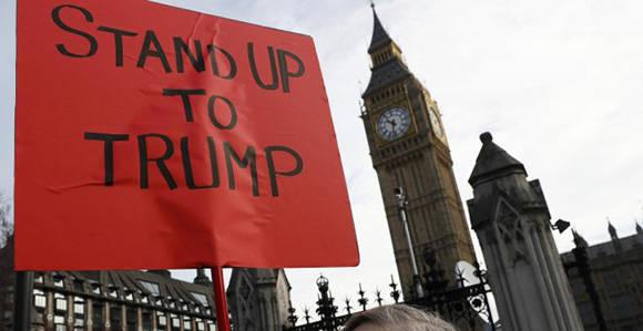 Pancarta contra Trump junto a la sede parlamentaria en Londres. Foto: REUTERS