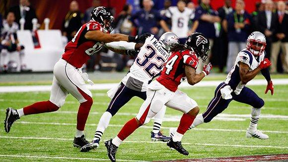 HOUSTON, TX - FEBRUARY 05: Devonta Freeman #24 of the Atlanta Falcons runs with the ball for 37-yards in the first quarter against the New England Patriots during Super Bowl 51 at NRG Stadium on February 5, 2017 in Houston, Texas.   Gregory Shamus/Getty Images/AFP