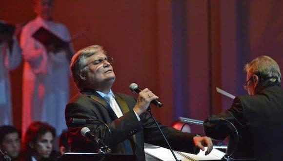 Amaury Pérez en la presentación de la Misa Cubana con la participación de la Orquesta Sinfonica de Puerto Rico. Foto: José Rodríguez.