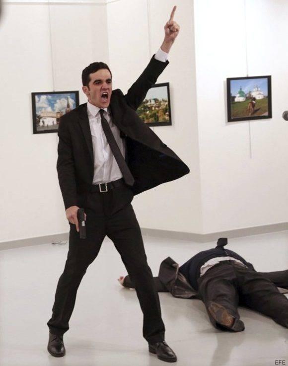 AM01 AMSTERDAM (HOLANDA) 13/02/2017.- Fotografía facilitada por la organización World Press Photo (WPP) hoy, 13 de febrero de 2017, que muestra la imagen tomada por el fotógrafo Burhan Ozbilici de la agencia Associated Press (AP) momentos después de que el agente de policía Mevlut Mert Altintas (i) disparase al embajador ruso en Turquía, Andrey Karlov (d, en el suelo), el 19 de diciembre de 2016. La WPP ha anunciado hoy, 13 de febrero de 2017, que esta fotografía, que muestra los instantes posteriores al asesinato del embajador ruso, ha sido seleccionada como la ganadora del World Press Photo of the Year. PROHIBIDO SU USO EN TURQUÍA/LAS AUTORIDADES TURCAS HAN PROHIBIDO LA DISTRIBUCIÓN DE IMÁGENES DE ESTE ASESINATO, LO QUE INCLUYE IMAGENES FOTOGRÁFICAS Y DE VIDEO. EFE/Burhan Ozbilici/AP/WORLD PRESS PHOTO/ ATENCIÓN EDITORES; SÓLO USO EDITORIAL/NO VENTAS/NO ARCHIVOS/NO RECORTAR/NO MANIPULAR/USO PERMITIDO SÓLO EN RELACIÓN A LOS PREMIOS WORLD PRESS PHOTO