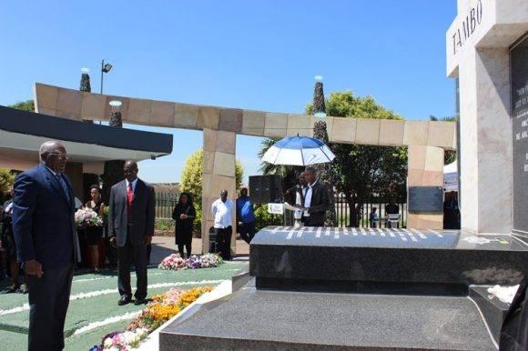 Salvador Valdés Mesa rinde tributo a Oliver Tambo en Sudáfrica. Foto: Prensa Latina.