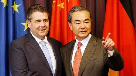 Sigmar Gabriel y Wang Yi. Foto tomada de T-Online.