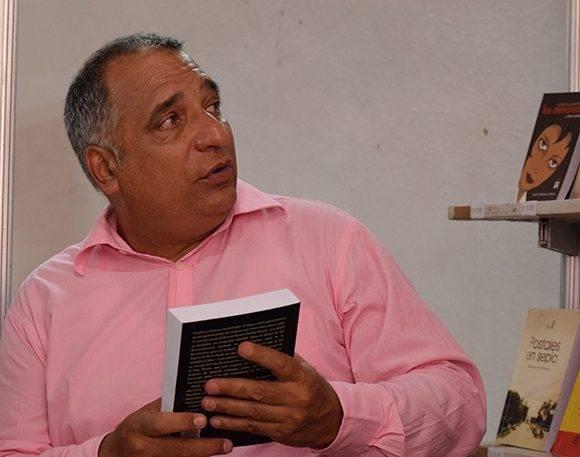 Alexei Sánchez, especialista comercial de la Distribuidora Nacional del Libro. Foto: Cinthya García Casañas/ Cubadebate.