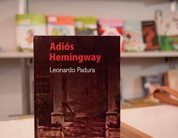 El libro que contiene Adiós Hemingway y La cola de la serpiente, de Leonardo Padura, ha sido uno de los más buscados por el público. Foto: Cinthya García Casañas/ Cubadebate.