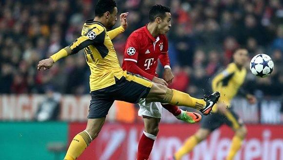 El Bayern Munich está practicamente clasificado para cuartos de la Champions, luego de vencer 5-1 al Arsenal. En la imagen, Thiago Alcantara del Bayern pugna un balón con Alex Oxlade Chamberlain del Arsenal. Foto: Alex Grimm/ Getty.