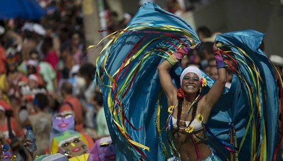 Bailarina participa en el desfile callejero de Carmelitas durante el Carnaval de Río de Janeiro. Foto: Leo Correa/ AP.