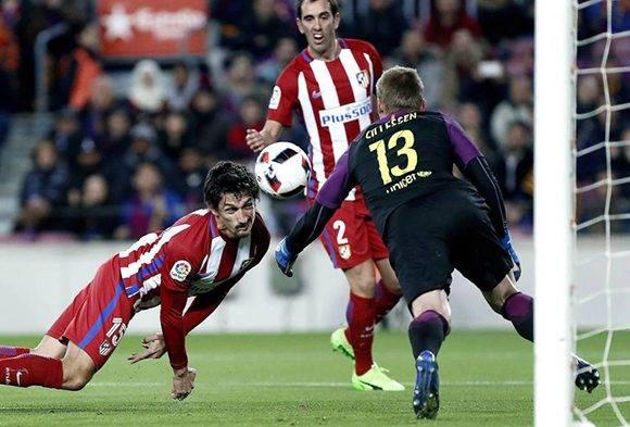 El portero holandés Cillissen fue el héroe del FC Barcelona al parar el constante asedio del Atlético de Madrid. Foto: Andreu Dalmau/ EFE.